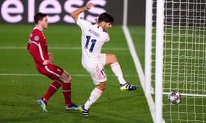 مارکو آسنسیو از رئال مادرید پس از زدن توپ روی آلیسون دروازه بان قرمزها ، گل دوم را به لیورپول می زند.
