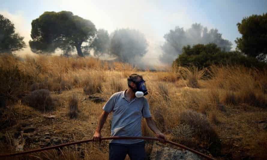 Ein Einheimischer versucht am 16. August ein massives Feuer in Markati zu löschen.