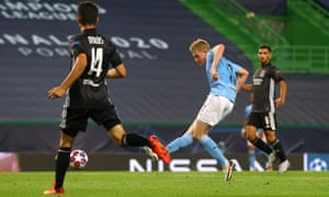 Kevin De Bruyne of Manchester City scores his team's equaliser.