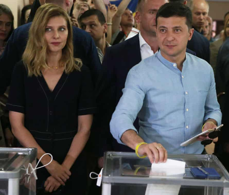 Ukrainian President Volodymyr Zelensky casts his ballot next to his wife Olena (L) at a polling station in Kiev, Ukraine, on July 21, 2019