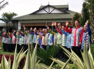 <strong>Malaysia 1998:</strong> Leaders pose in batik shirts.