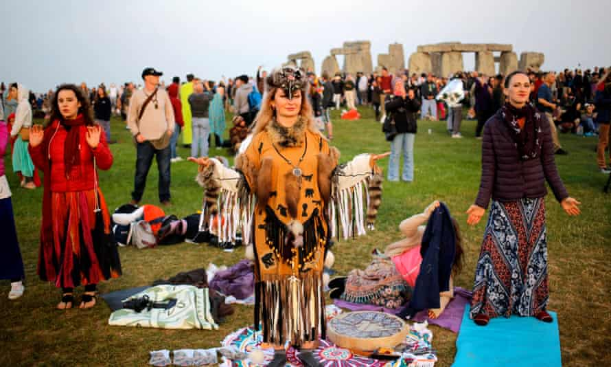 Stonehenge summer solstice festival in Britainepa06040320 A shaman waits for the sun to rise on the summer solstice during the annual festival at Stonehenge, Salisbury, Britain, 21 June 2017. The annual festival attracts hundreds of people to the 5000 year old stone circle to mark the longest day in the northern hemisphere. sunrise was at 4.52am and was celebrated by dancing, music, and ritualistic events around the stones. EPA/KIM LUDBROOK