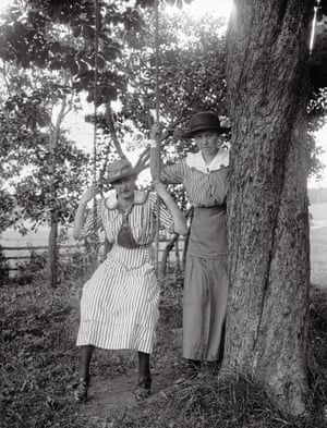 Agnes Johansson (right) and friend, Sävasta, Altuna Parish: 1910–20 The Alinder collection was discovered in the 1980s when a curator found over 8,000 glass plates stacked away in a library basement.