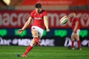 Dan Biggar puts Wales back in contention.