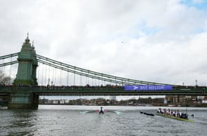 Cambridge boat leads Oxford as they approach Hammersmith Bridge.