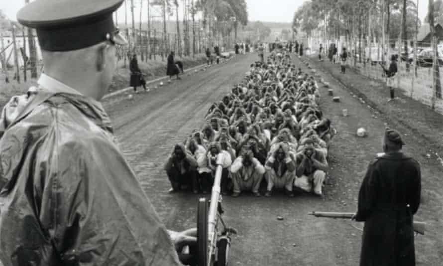 British policeman with Kenyan prisoners mau mau uprising 1954