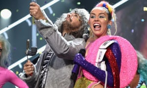 Wayne Coyne performs with Miley Cyrus at the 2015 MTV Video Music Awards.