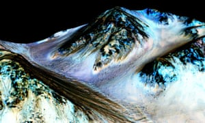 A Nasa image from the Mars Reconnaissance Orbiter shows dark, narrow, 100-metre streaks on the surface from summer streams of salty water.