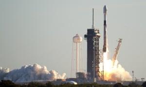 Roket SpaceX lepas landas dari Kennedy Space Center di Cape Canaveral, Florida