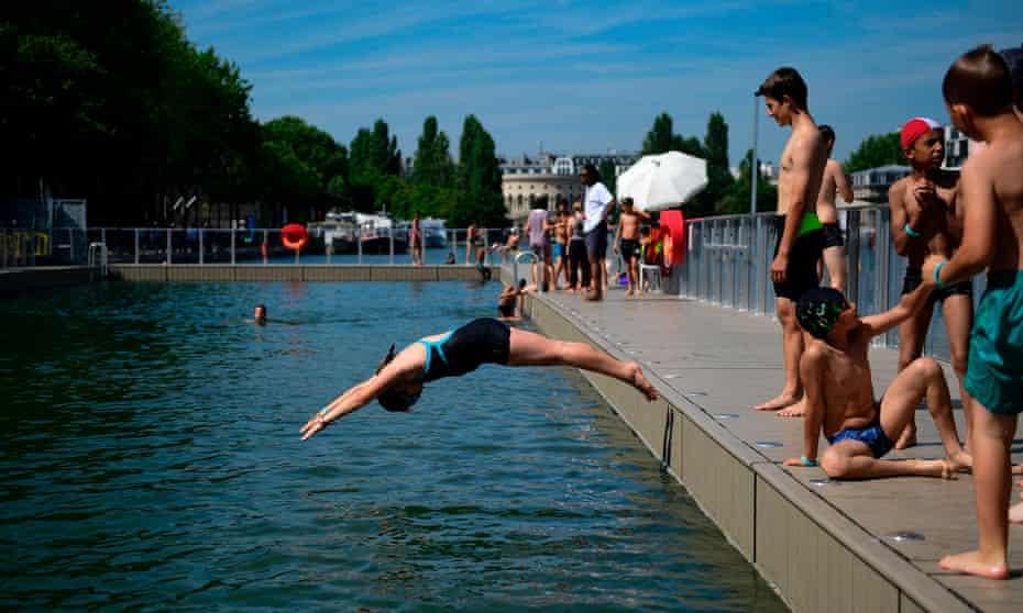 Children dive into the swimming pool at La Villette in Paris