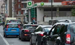 Parisian drivers queue patiently for petrol amid shortages due to strikes by oil refinery workers.