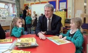 Damian Hinds with schoolchildren