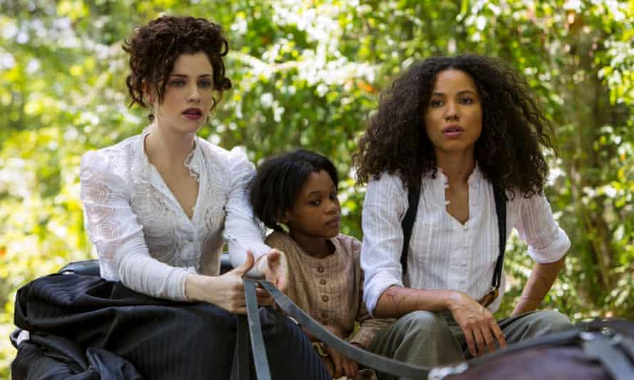 Jessica de Gouw as Elizabeth Hawkes, Darielle Stewart as Boo and Jurnee Smollett-Bell as Rosalee