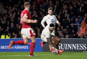 Tuilagi puts down a Try for England.