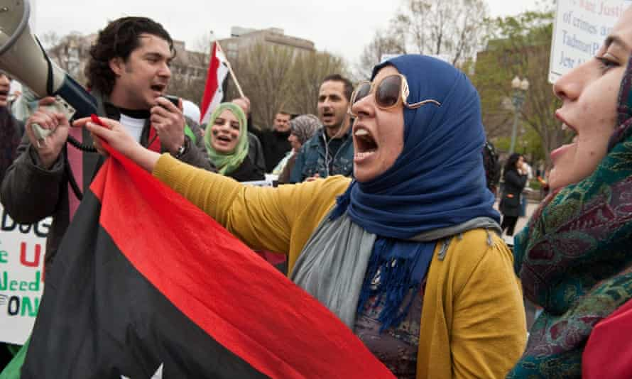 In this photo taken on April 9, 2011, Libyans sing a patriotic song in front of the White House in Washington during a protest by Libyans and Syrians against the regimes of Moamer Kadhafi and Bashar al-Assad.