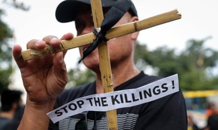 Angka pemerintah menunjukkan setidaknya 8.663 orang telah tewas dalam operasi anti-narkoba, tetapi perkiraan menunjukkan angka sebenarnya tiga kali lipat dari jumlah itu.