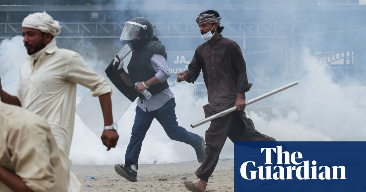 Radical Islamists clash with police en route to Pakistan's capital