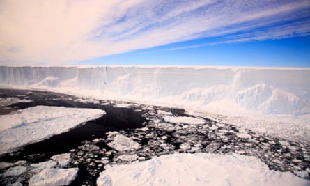 A handout picture released by British Antarctic Survey (BAS) on February 21, 2018 and taken on November 22, 2017 from the British Antarctic Survey Twin Otter aircraft shows the Larsen C iceberg.