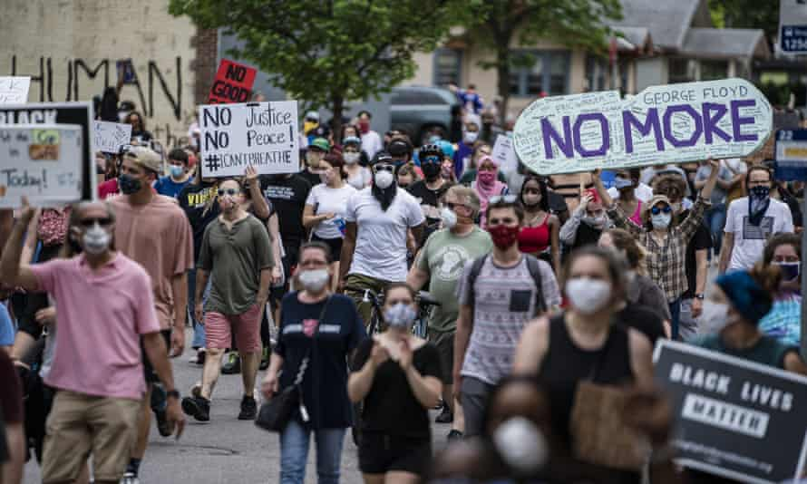 Protesters started marching toward the Minneapolis police third precinct on 26 May 2020.