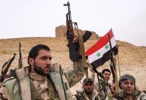 シリア政府軍の兵士がFakhrアルディンアルMaaniシタデル近くシリア国旗をホールドアップ