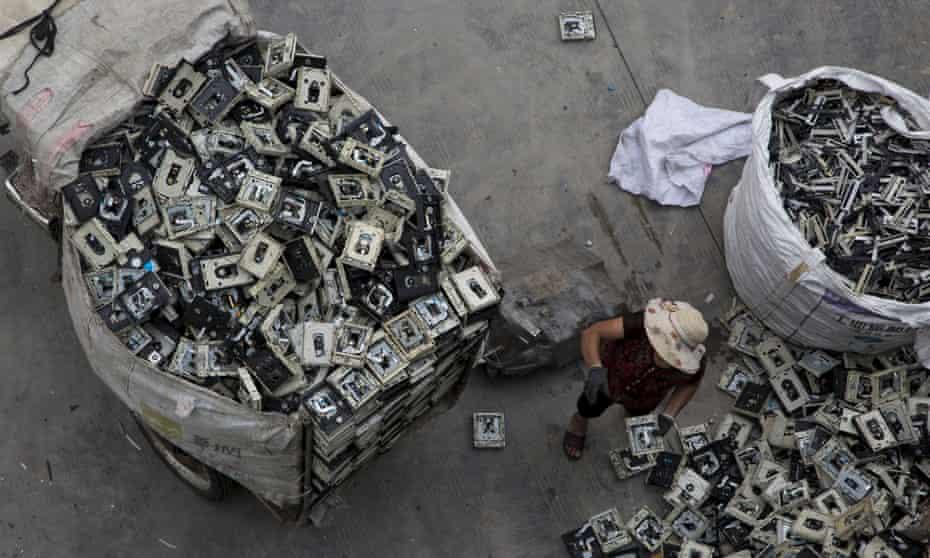 Un trabajador distribuye desechos electrónicos en un centro de reciclaje administrado por el gobierno en la ciudad de Guyu, en la provincia de Guangdong, en el sur de China.