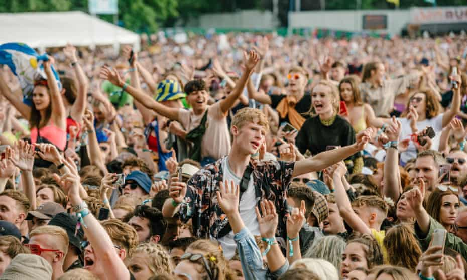The crowd at Tramlines festival 2019, watching Johnny Marr.