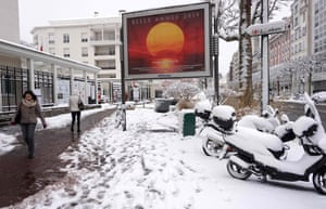 Heavy snowfall in suburb of Vincennes