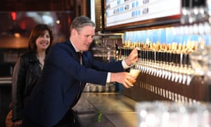 Lucy Powell and Keir Starmer visit a pub in the city of london
