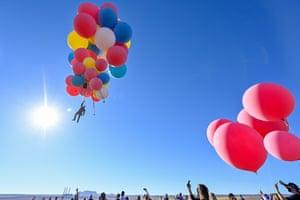 Arizona, USDavid Blaine performs the stunt 'Ascension'