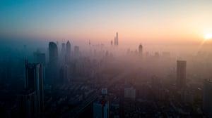 Ngày không khí xấu ... mặt trời mọc ở Thượng Hải vào ngày 23 tháng 2 năm 2018.