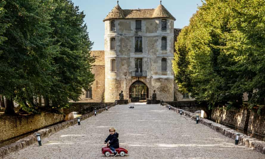 Toddler outside Chateau de Villiers le Mahieu