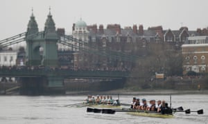 Cambridge are in the lead as the crews head towards Hammersmith Bridge.