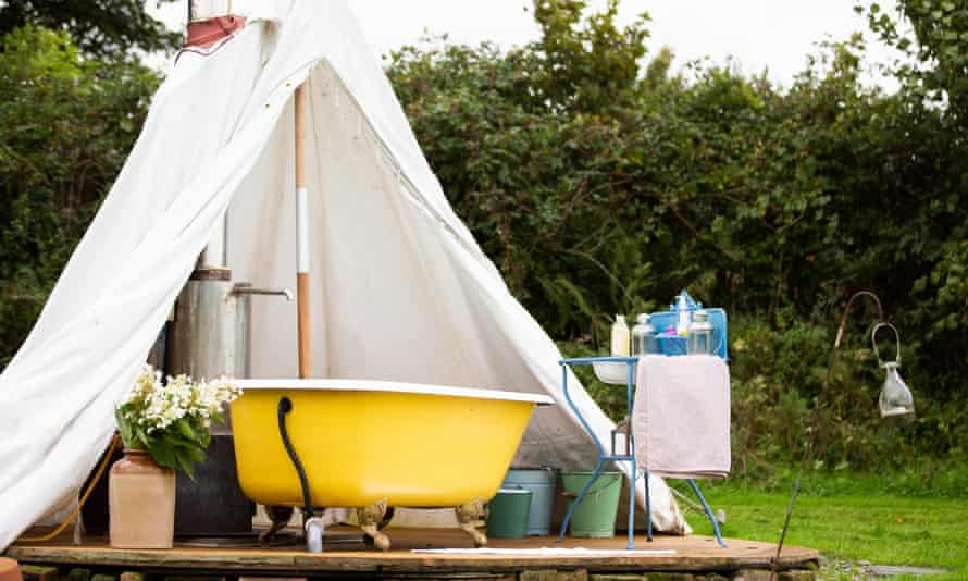 Imprégnez-vous du grand air depuis le bain de Little Links at Devon Yurt, disponible via Canopy and Stars.