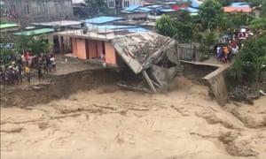 Ένα σπίτι κατέρρευσε αφού τα θεμέλιά του ξεπλύθηκαν από την υπερχείλιση του ποταμού Komuro στο Dili του Ανατολικού Τιμόρ.