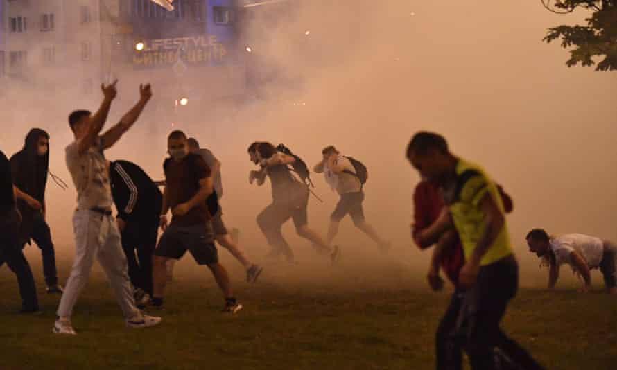 Protesters defy riot police in Minsk