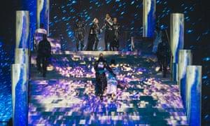 Tancerze Madonny przedstawiają flagi Izraela i Palestyny.