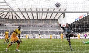 Joe Willock equalises for Newcastle.