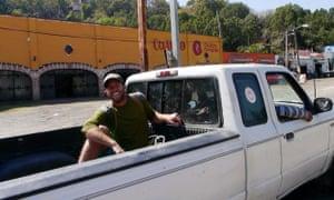 Rob Greenfield su uno dei numerosi giri gratuiti in Messico. È seduto nella parte posteriore di un camioncino.