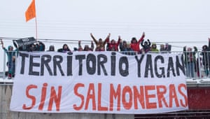 A photograph of a demonstration posted on the Facebook group 'No salmoneras en el Canal Beagle' (no salmon farming in Beagle Channel).
