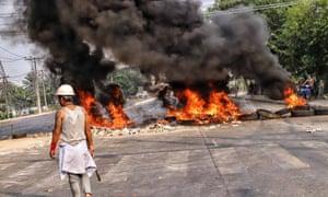 Asap mengepul dari penghalang jalan di kota Hlaing Tharyar di Yangon