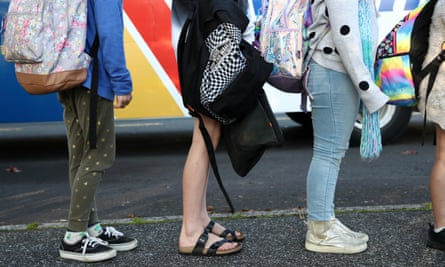 Students get off the school bus at Laingholm Primary School on May 18, 2020 in Auckland