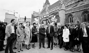 Frank Doran, centre right, with a delegation of Piper Alpha relatives outside the House of Commons in 1989.