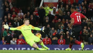 Pickford save the shot from Martial.