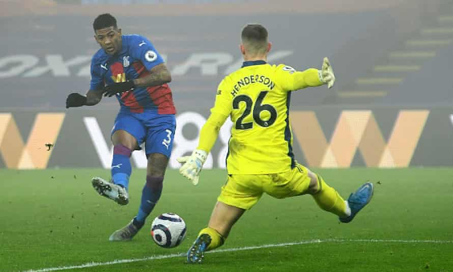 Patrick van Aanholt's shot is saved by the Manchester United goalkeeper Dean Henderson near the end of Crystal Palace's 0-0 draw on Wednesday.