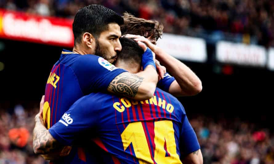 Luis Suárez celebrates with his team-mates after opening the scoring for Barcelona against Valencia at the Camp Nou.