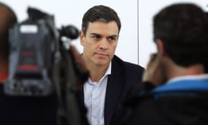 Pedro Sanchez addresses the press at the PSOE headquarters.
