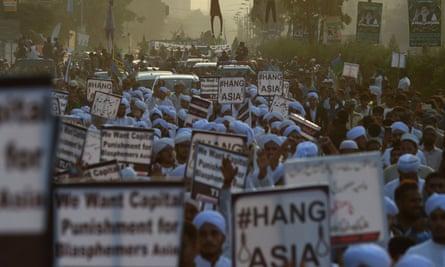 Activists in Karachi carry placards against Asia Bibi