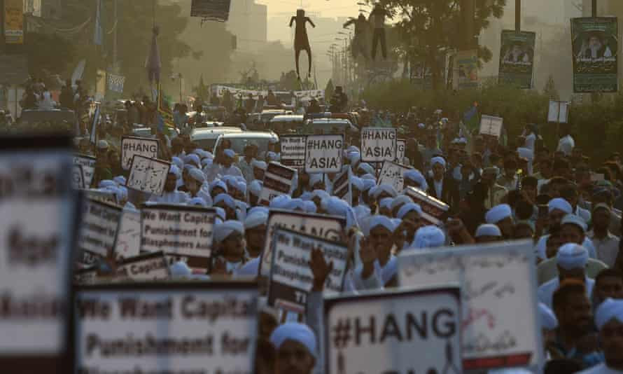 Islamist activists march in Peshawar