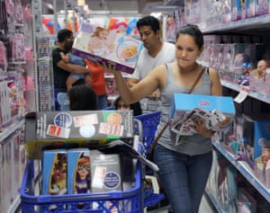 Florida, US A family scrambles for deals at a Toys R Us