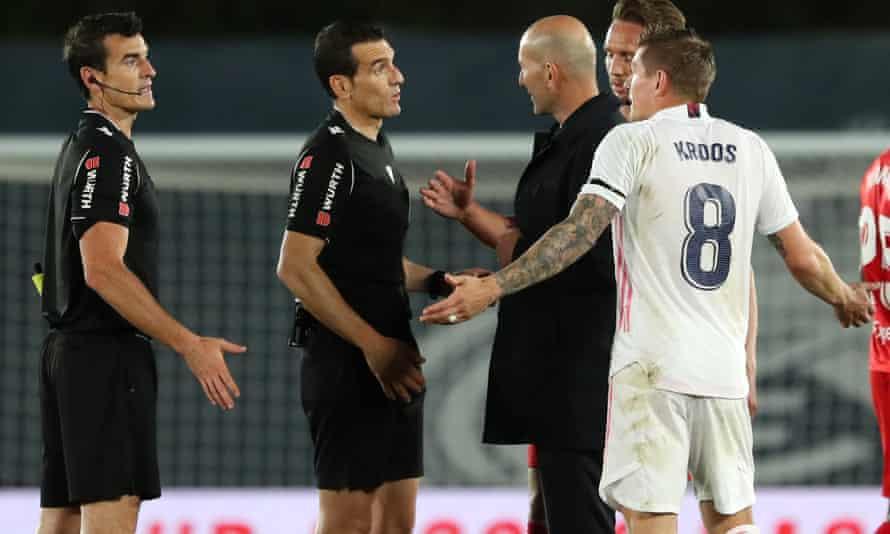 Zinedine Zidane seeks an explanation from Juan Martínez Munuera after the match